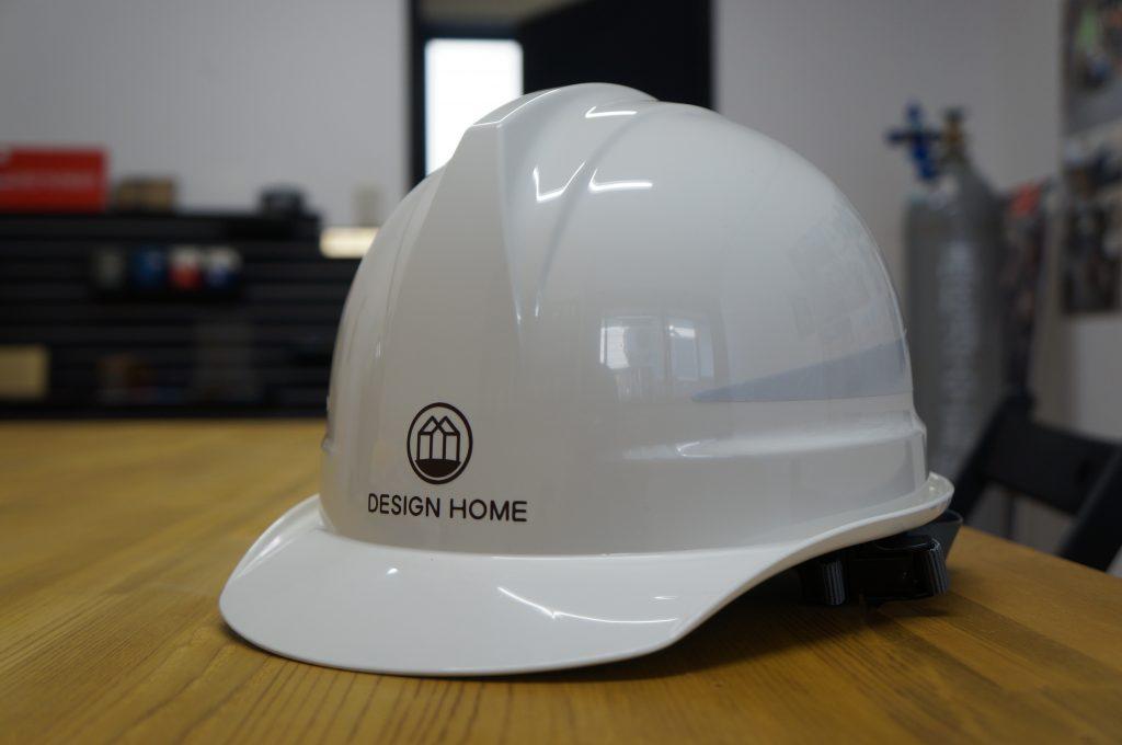 デザインホーム 南陽 米沢 川西 看板 サイン 建築事務所 デザイン看板 おしゃれ シンプル 壁面看板 ヘルメット ロゴ