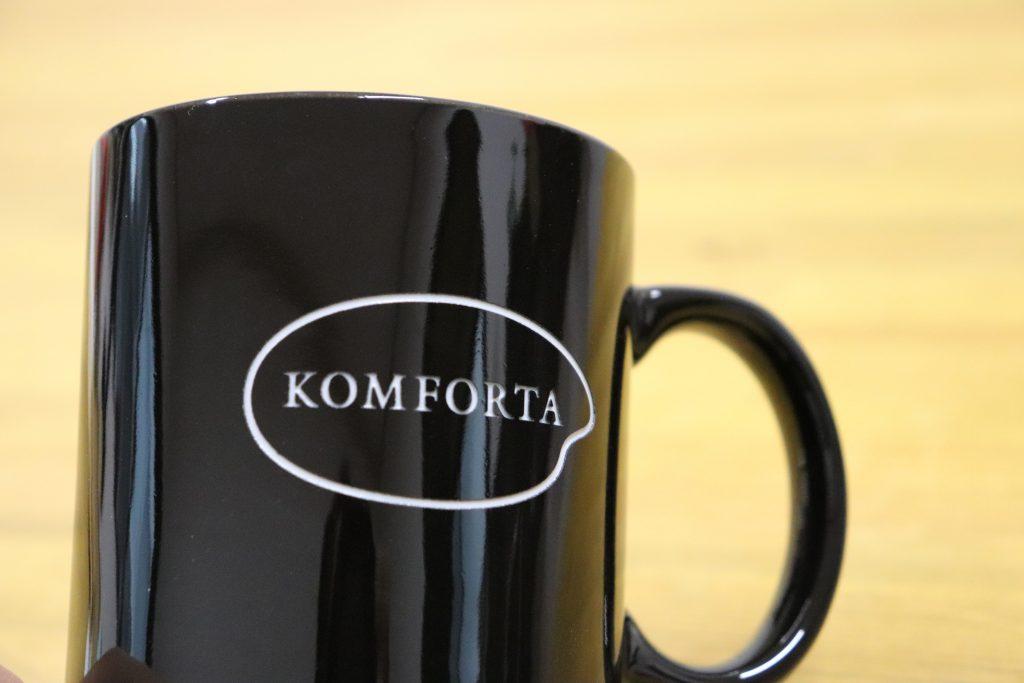 カフェ マグカップ 彫刻 オリジナル ロゴ カフェ デザイン アクリル文字 米粉カフェ コンフォルタ おしゃれ かわいい アクリル 文字サイン 山形 米沢